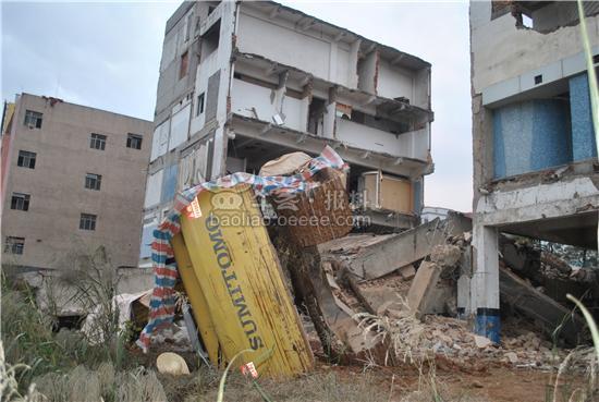 昨天下午在龙岗区深惠路南联路口,有栋废弃的楼房在拆除中