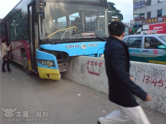 司机开飞机,公交312骑上护栏