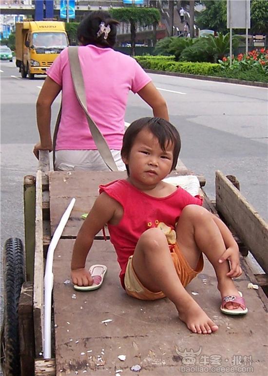 板车上的小女孩