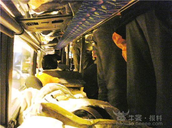 昨晚,笔者从福州搭乘一辆前往广州的长途大巴返回龙岗(途经龙岗、沙湾、龙华等地,车上乘客多为返深劳务工)。该车从昨晚六点半出发到晚上八点半停车用餐,一直在路上不停上客,限载37人的卧铺大巴最后装了近六十人,两边过道都或坐或站满了人;大巴车上自带厕所,中途不下高速,一路也未遇盘查,直到龙岗下车,笔者悬着的心才算放了下来,安全太没保障啦!笔者之所以上了这样的车,是因为笔者年前从观兰汽车站坐车前往福州时,车上工作人员给派了一张可电话订票的名片,而且订票时对方也说让到福州北站上车,便误以为这是车站的正规车;谁知到了