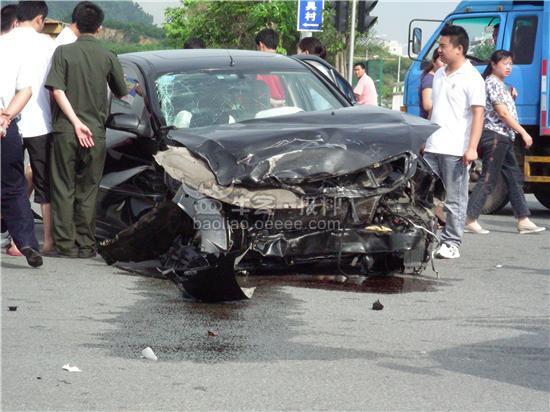 元惨烈车祸_[组图]车轮飞20米外 福永海鲜市场前惨烈车祸(获奖)