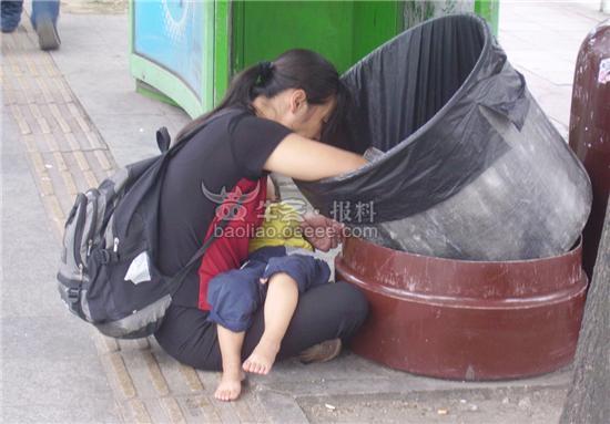[街拍]落难母子从垃圾桶里寻找食物?