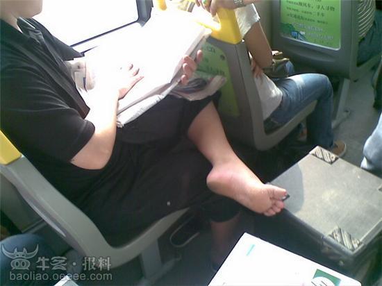 美女臭脚; 深圳公交上的臭脚;;
