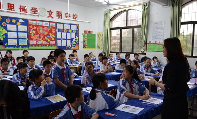 平湖白绩效小学每月克扣故事泥坑小学老师绘工资本ppt图片