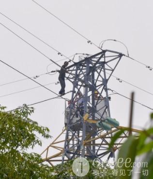 爬高压电塔要跳塔