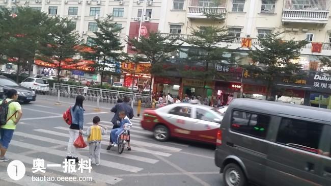 华民治牛栏前无天桥,学生过马路很危险