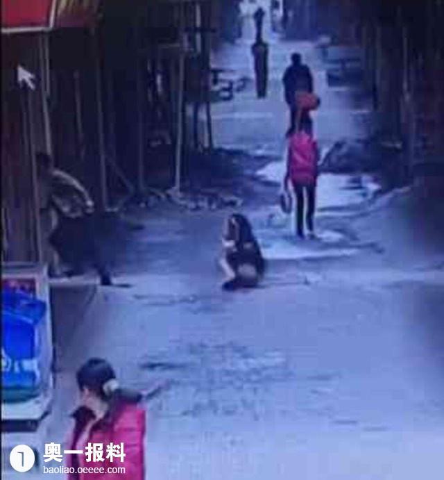 短裙少女遭女性千年杀大腿出门在外要小心变态女生粗小腿比图片