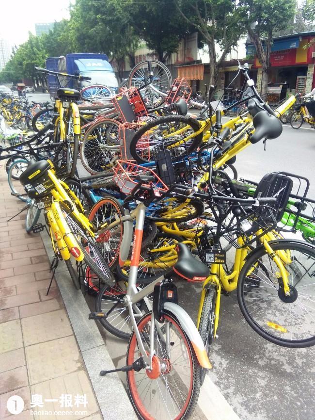 海珠区海珠创意产业园路段共享单车乱像