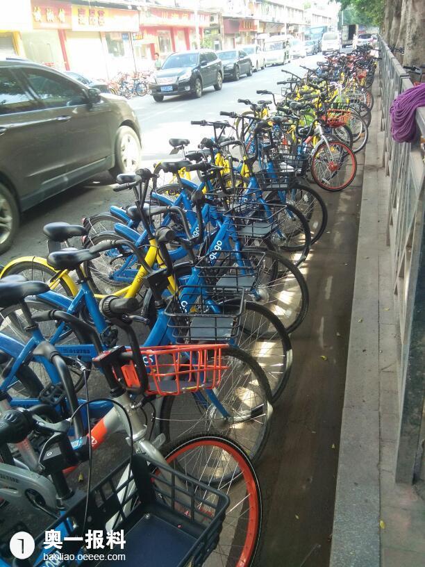 海珠创意产业园路段有很多共享单车乱停乱放