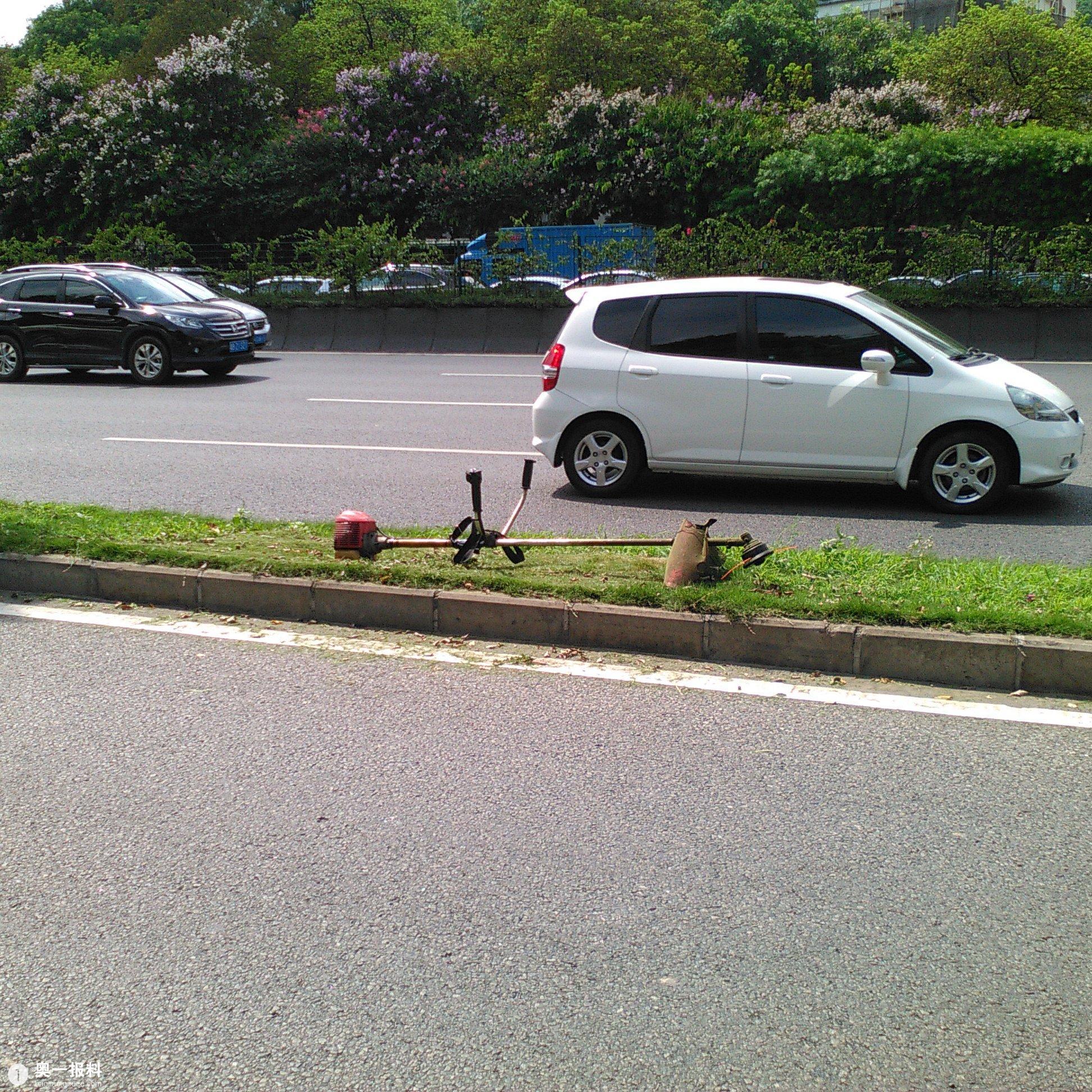 一辆宝马车正在正常行驶,突然被一块石头击中,驾驶位车窗玻璃被击中.