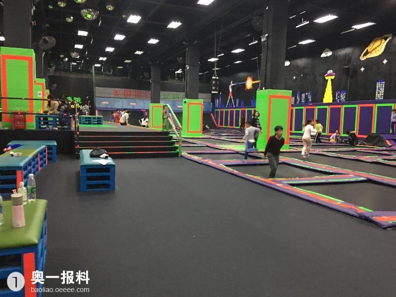 深圳南山酷跳蹦床主题公园安全隐患相当严重!大人都可以摔断腿!图片